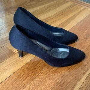 4/$25 Abella Sahara Navy Heels size 7